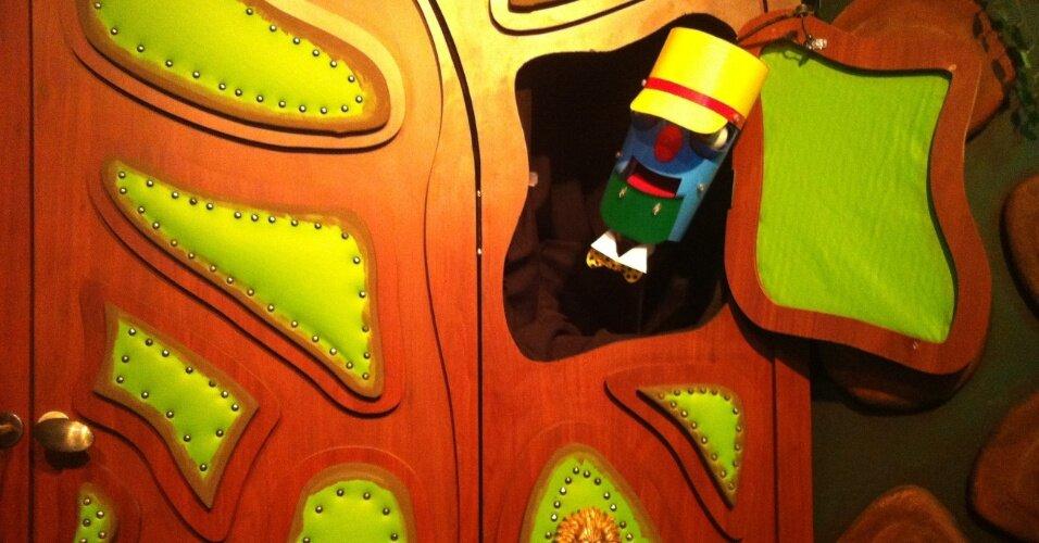 porteiro-recebe-os-visitantes-no-mis-na-exposicao-de-castelo-ra-tim-bum-1405451862004_956x500
